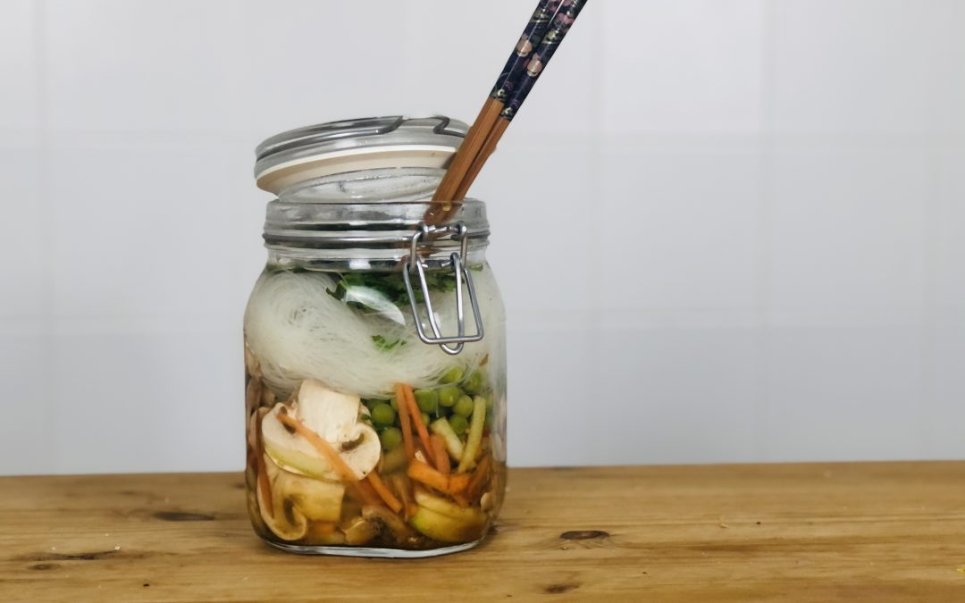 Reconfortante sopa vegan de noodles num frasco (receita simples, rápida e saudável)