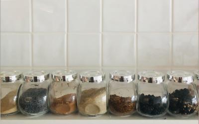 Guia básico para dar sabor à comida vegan – 10 temperos chave!
